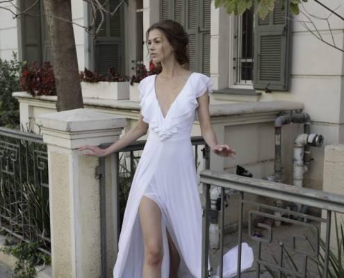 אישה בשמלת כלה חלקה עם שסע קדמי ומחשוף בצורת V