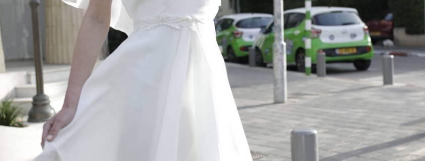 דוגמנית לובשת שמלת כלה קלאסית חלקה קולקציית 2019 של המעצב ואדים מרגולין