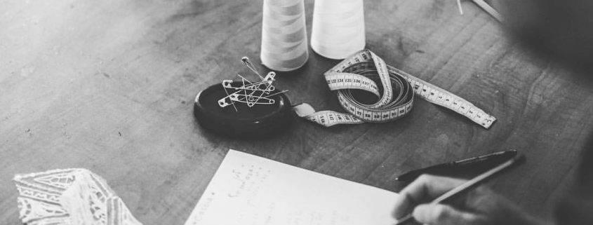 ואדים מרגולין מעצב שמלות לבנות חלקות בסטודיו בתל אביב