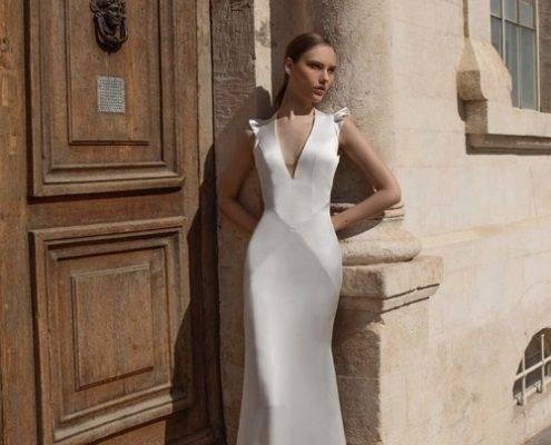 דוגמנית לובשת שמלת כלה במראה יוקרתי